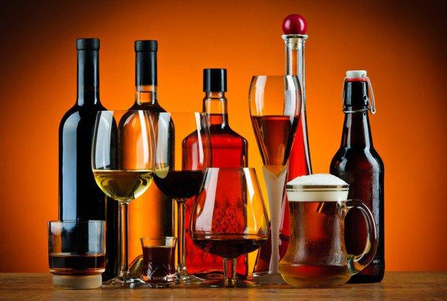 10. Popularność alkoholu                                                     10. Popularność alkoholu                                                                                                             Alkohol to najpowszechniej używana używka, który sprawia, że jego entuzjaści często trafiają na pogotowie. Cociekawe, 60% osób spożywających alkohol w dużych ilościach zdaje sobie sprawę z tego, że ich nawyki zwiększyłyryzyko negatywnych skutków zdrowotnych. Nasze postrzeganie alkoholu może znacznie odbiegać od prawdy, sprawdźwięc te 9 mitów dotyczących alkoholu.