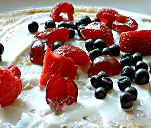 Naleśniki ze świeżymi owocami i twarogiem