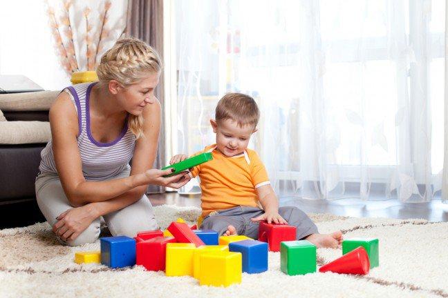 8. Myśl pozytywnieNa samą myśl o zakupach z dzieckiem przechodzą cię dreszcze? Pogódź się z prawdą – najważniejszym zadaniem nie będzie wykreślenie wszystkich pozycji z listy zakupów, a zapewnienie dziecku nieustającej rozrywki. Dzieci skutecznie wyczuwają emocje innych ludzi, dlatego poprzez pozytywne nastawienie zdziałasz więcej, niż zamartwiając się na zapas.
