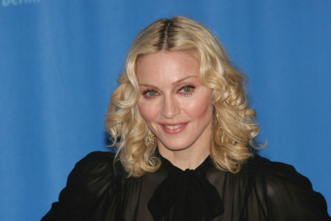 8. MadonnaMadonna przeszła chyba jeden z najlepszych liftingów twarzy w Hollywood. Legenda muzyki pop zdaje się nie starzeć.Podobno miała też wstrzykiwany tłuszcz w policzki.