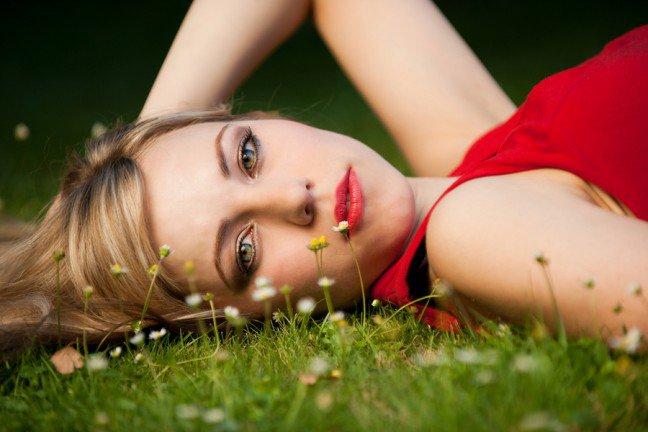 10. Kosmetyki kolorowe dla blondynkiDobór odpowiednich kosmetyków do makijażu dla blondynek wcale nie jest taki prosty.Istnieje bowiem wiele odcieni blondu. Poznaj podstawowe wskazówki dotyczące makijażuodpowiedniego dla kobiet o blond włosach.