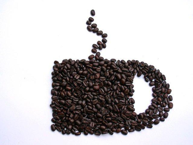 6. KofeinaJeśli nie możesz poradzić sobie bez dziennej dawki kofeiny, ogranicz jej spożycie do 2 filiżanek dziennie. Najlepiejoczywiście całkowicie pozbyć się kofeiny z diety na czas ciąży. Nadużycie kofeiny podczas ciąży, zwłaszcza w czasie pierwszego trymestru, może spowodować poronienie lub inne powikłania u płodu.
