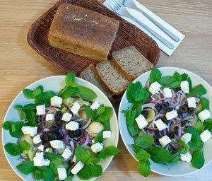 Sałatka z melonem, fetą i marynowaną cebulą