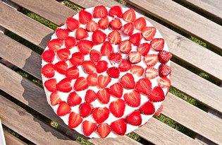Tort śmietanowo – truskawkowy