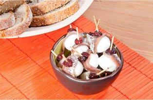 Koreczki z anchois i żurawiną