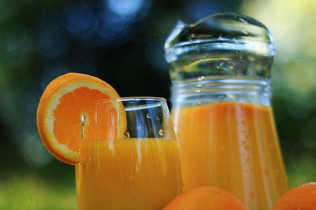 8. Sok owocowyWiele osób niespożywających śniadań rano sięga po szklankę soku owocowego. Tymczasem ten napój, choć uważany jest za zdrowy, zawiera mnóstwo cukru i węglowodanów.