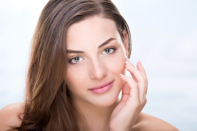 9. Problematyczne poryWiele czynników powoduje, że zatykają się pory: nadmiar sebum, pocenie się, kurz, makijaż i nawet pozostałościkosmetyków, które mają za zadanie oczyszczać skórę. Aby zapobiec powstawianiu pryszczy, warto wprowadzić zabieggłęboko oczyszczający do nawyków pielęgnacyjnych. Oto 8 sposobów na oczyszczenie porów.