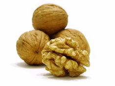Orzechy, suszone owoce – charakteryzują się dużą zawartością witamin i minerałów, jednak nie należy jeść ich zbyt dużo ze względu na wysoką kaloryczność