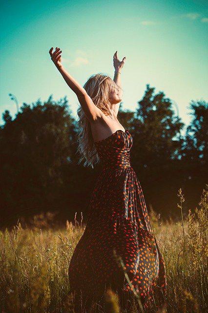 Sukienka na lato kusi swobodą