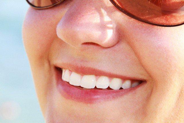 15. Marzysz o jaśniejszych, bielszych zębach?Czy twój uśmiech stracił blask i nabrał odcieni szarości? Przebarwienia na zębach pojawiają się z wiekiem, ale teżniektóre pospolite potrawy, napoje, a nawet płyny do płukania jamy ustnej mogą je powodować. Istnieją domowesposoby, które pomogą wybielić zęby, a unikanie substancji powodujących przebarwienia powstrzyma pogłębienieproblemu. Zastosuj nasze wskazówki, aby odzyskać śnieżnobiały uśmiech.