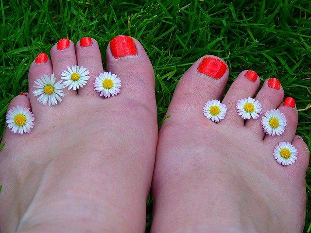 8. Stopy latemLato to czas, by pokazać nogi i stopy, jednak należy o nie zadbać, zanim się to zrobi. Latem stopy mogą stać sięwysuszone i szorstkie, a skóra może się łuszczyć. Aby nogi były w dobrej kondycji, przeczytaj nasze wskazówki.