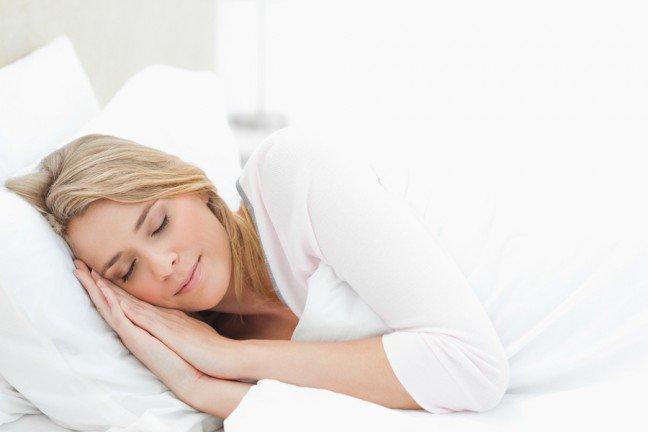 8. Sposoby na suchą skóręJeśli masz suchą skórę, wypróbowałaś już pewnie dużo produktów i sposobów na jej nawilżenie. Zabiegi na nocsą idealne, ponieważ działają wtedy, kiedy regenerują się komórki, a ciało przechodzi naturalny detoks. Poza tym,oszczędzasz też czas i energię, nawilżając skórę podczas snu zamiast w ciągu dnia. Czytaj dalej, aby odkryć sposoby nanawilżenie skóry w nocy!
