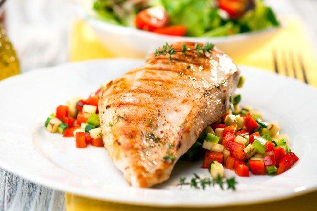 8. Jedz więcej białkaSpożywając większą ilość białka, wpływamy korzystnie na metabolizm, co ułatwia wprowadzanie kolejnych zmian w kwestii nawyków żywieniowych. Proteiny w diecie przyspieszają spalanie kalorii i zmniejszają apetyt.