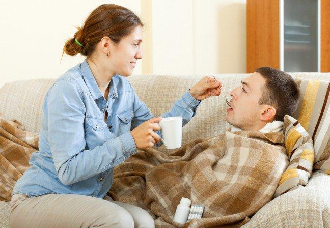 10. Odporność i zachowanie czystości  Bez względu na to, jak kogoś kochasz, nie chcesz dzielić się jego przeziębieniem. Życie pod jednym dachem zchorującym dzieckiem czy partnerem oznacza, że trzeba wiedzieć, jak samemu nie zachorować. Wzmocnienieodporności zdecydowanie pomoże, podobnie jak utrzymanie domu w czystości. Oto co należy zrobić.
