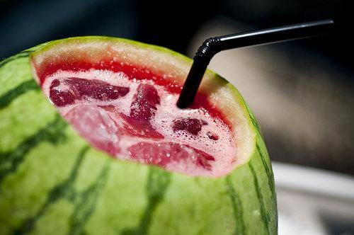 10. Koktajl z arbuzaPrzygotowanie koktajlu z arbuza jest bardzo proste. Rozetrzyj kawałki arbuza ze świeżymi liśćmi mięty. Dodaj trochę rumu lub wody gazowanej. Taki koktajl jest bardzo smaczny, zdrowy i zawiera tylko 100 kalorii.