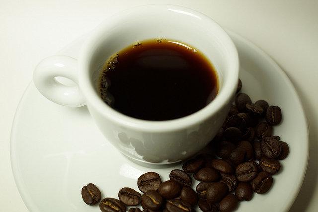 10. KofeinaPoziom cukru we krwi może wzrosnąć po wypiciu kawy, nawet tej czarnej bez cukru, ze względu nazawartość kofeiny. Herbata czarna, zielona oraz napoje energetyczne mogą spowodować wahaniacukru we krwi szczególnie u ludzi chorych na cukrzycę. Każda osoba reaguje w inny sposób.