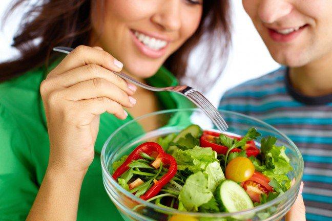 10. Na czym polega zdrowe odżywianie?Istnieje wiele informacji na temat racjonalnego odżywiania. Część z nich jest zgodna z prawdą, a część niestety została wyssana z palca. Warto znać kilka podstawowych informacji dotyczących prawidłowego odżywiania się.