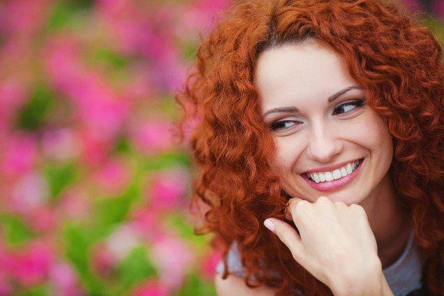 10. Kosmetyki do makijażu dla rudowłosejRudowłose kobiety cechują się niezwykle charakterystycznym, ognistym wyglądem. Częstoidzie to również w parze z charakterem. W tym przypadku konieczne jest stosowanieokreślonych kosmetyków do makijażu, które podkreślą ten oryginalny typ urody.
