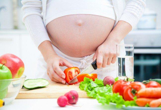 10. Nie zapominaj o jedzeniuJedzenie kilku mniejszych posiłków dziennie może pomóc w przypadku porannych mdłości, ponieważ objawy mogąsię nasilać jeśli żołądek jest pusty. Być może nie masz ochoty na jedzenie ale ważne jest, aby dostarczyć dzieckuodpowiednich wartości odżywczych. Wypróbuj produkty bogate w węglowodany lub białko, np. pełnoziarnistekrakersy, chleb czy migdały. Tłuste jedzenie może pogorszyć mdłości, więc odpowiednio dopieraj posiłki.