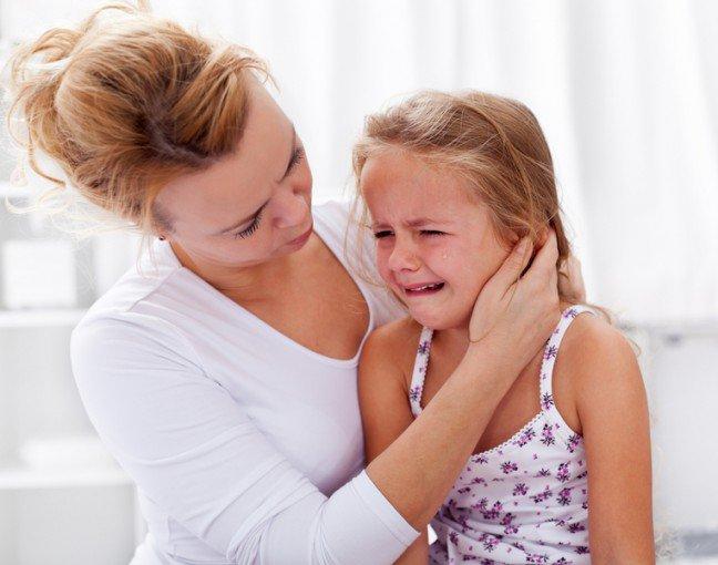 11. Uspokajanie dzieckaCzasami uspokojenie dziecka nie sprawia większych trudności. Wystarczy twój delikatny dotyk iciepły głos, aby przestało płakać. Jednak są i takie chwile, gdy dziecko płacze bez ustanku,żadne sposoby nie pomagają, a rodzic czuje się kompletnie bezradny i najchętniej sam zaniósłbysię płaczem. Nie należy jednak wpadać w panikę. Istnieje kilka sposobów, które na pewno pomogąuspokoić twoje dziecko.