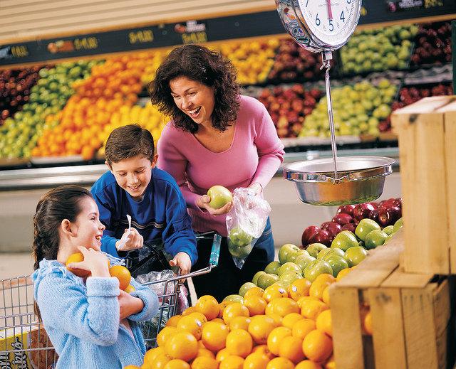 10. Kilka porcji warzyw i owoców dziennieŚwiatowa organizacja zdrowia (WHO) podkreśla, że każdego dnia powinniśmy spożywać kilka porcji warzyw i owoców, które są bogatym źródłem witamin. W szczególności zalecenia te dotyczą dzieci, których organizm wymaga odpowiednio zbilansowanych składników odżywczych dla prawidłowego wzrostu.