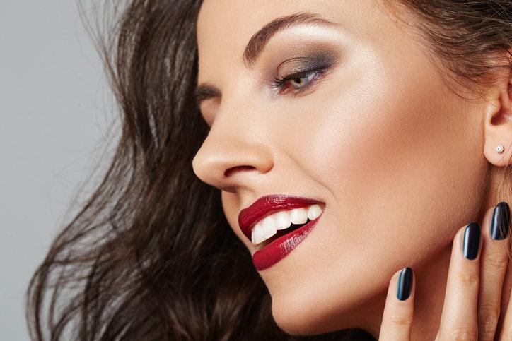 Makijaż wieczorowy powinien być wyrazisty i dobrze utrwalony.