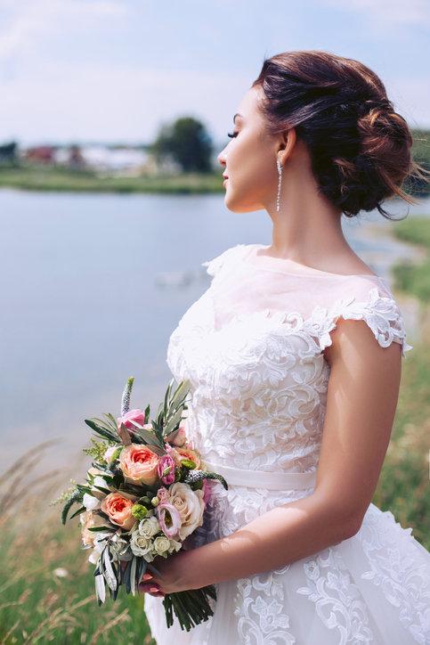 Suknia ślubna z koronki to ponadczasowy klasyk spośród już od wielu sezonów.