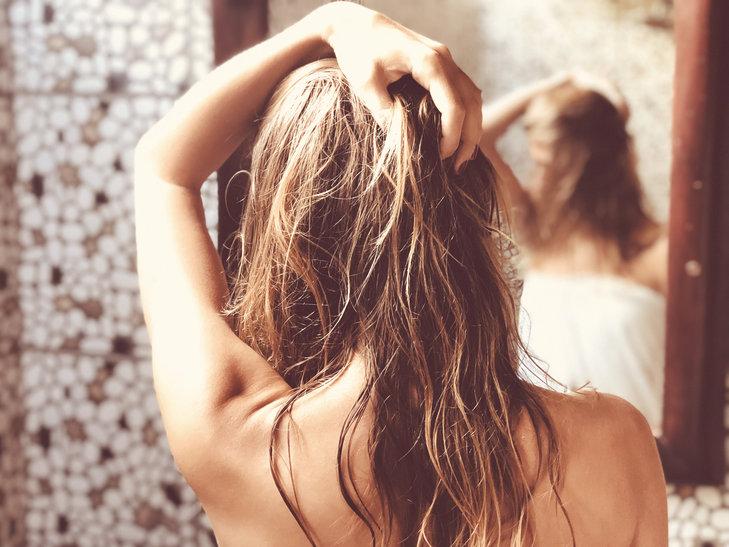 Suchy szampon błyskawicznie poprawia wygląd włosów i nadaje im świeży zapach