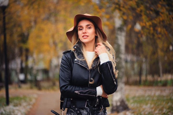 Moda na jesień 2019 to przede wszystkim różnorodność stylów oraz ciekawe dodatki.