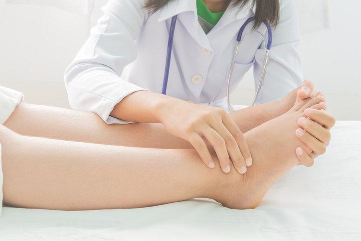 Opuchnięte kostki mogą być objawem poważnej choroby, dlatego należy skonsultować się z lekarzem.