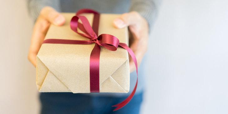 Wręczenie własnoręcznie zapakowanego prezentu sprawia podwójną radość.