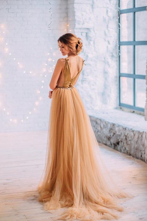 Tiulowe sukienki fantastycznie sprawdzą się przy różnych oficjalnych okazjach.