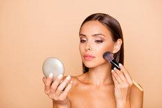 Konturowanie na sucho sprawdzi się w każdym makijażu, a na dodatek jest proste w wykonaniu.