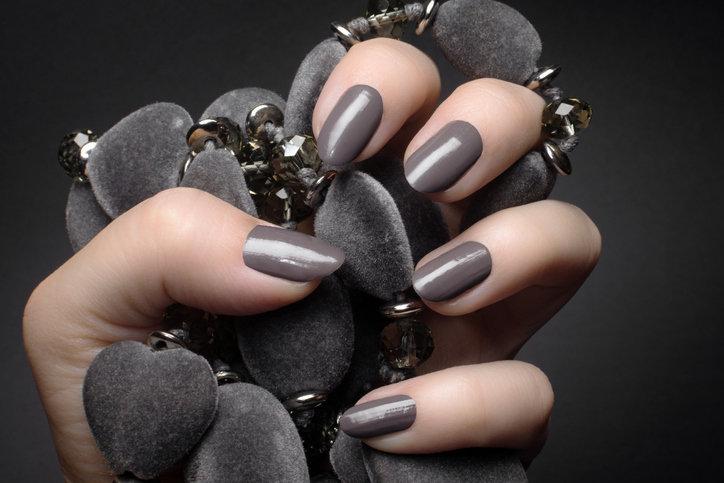 Szare paznokcie to prawdziwy hit wśród jesiennych hitów w manicure.