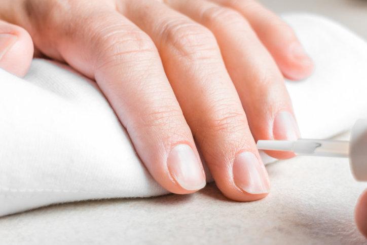 Regenerum do paznokci skutecznie chroni przed negatywnym wpływem czynników zewnętrznych