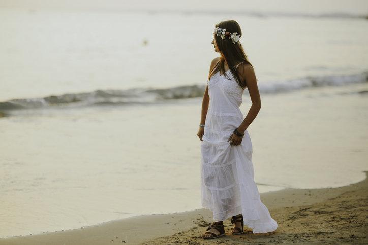 Sukienki plażowe są różnorodne, zwiewne i bardzo dziewczęce.