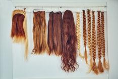 Doczepiane włosy powinny odpowiadać kolorystycznie twoim naturalnym pasmom.