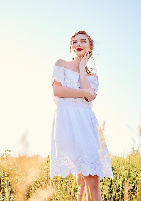 Sukienka z odkrytymi ramionami to idealna propozycja na lato