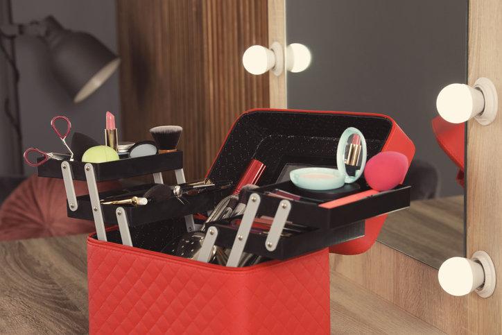 Kuferek na kosmetyki powinien mieć szufladki i przegródki, aby łatwiej uporządkować produkty oraz akcesoria.