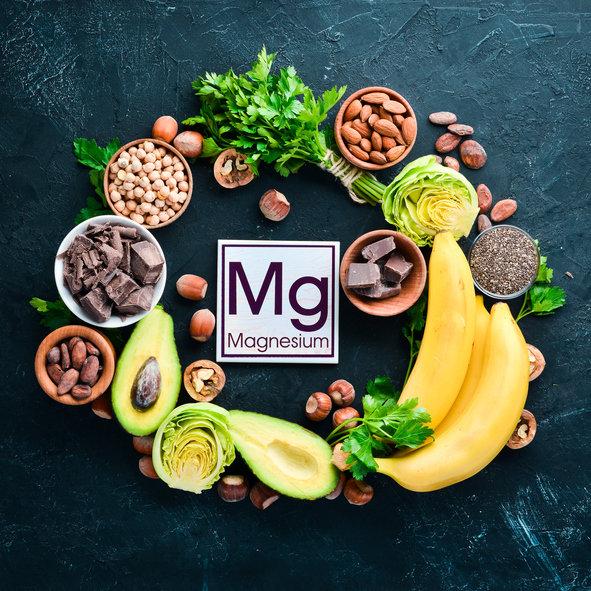 Niedobór magnezu można uzupełnić poprzez wprowadzenie do diety niektórych produktów spożywczych, np. bananów i orzechów.