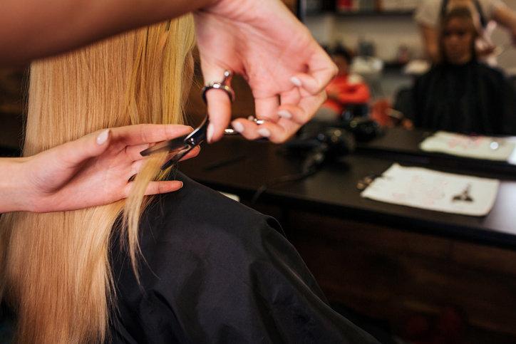 Cieniowanie długich włosów pozwala na lekką i podniesioną u nasady fryzurę.