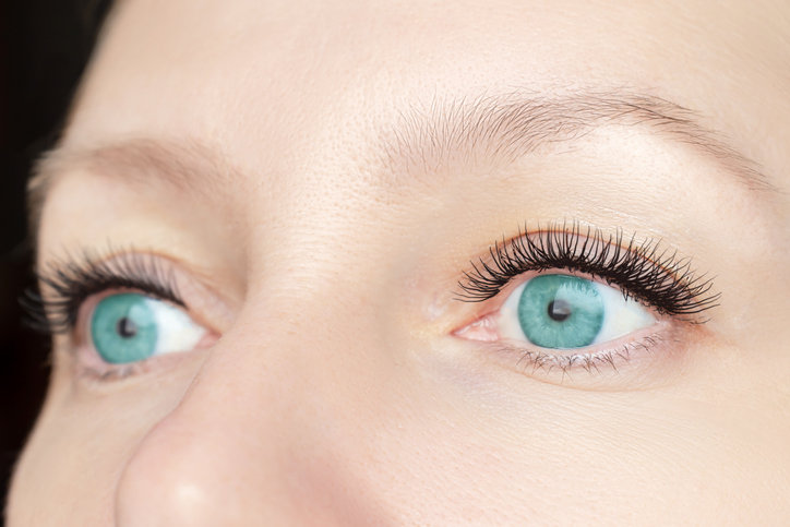 Laminowanie rzęs zapewnia naturalny i efektowny wygląd oczu.