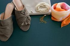 Klapki z kokardą są bardzo wygodne, modne oraz stanowią alternatywę dla czółenek lub sandałów.