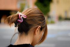 Jedną z modnych ozdób do włosów jest kolorowa frotka z materiału.