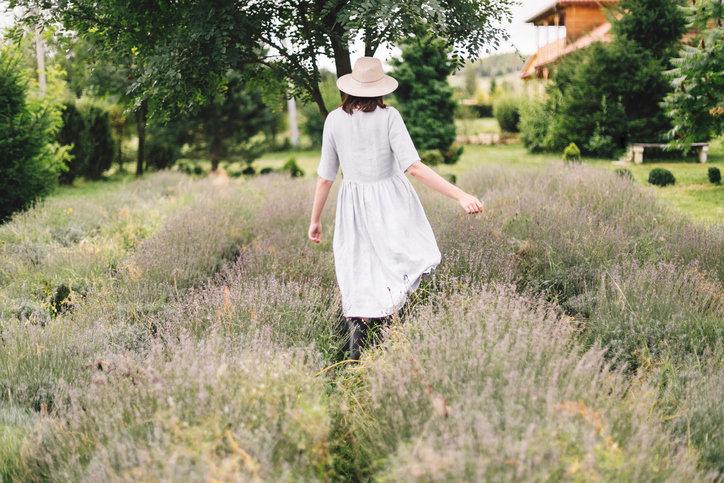 Lniane sukienki spodobają się kobietom ceniącym stylową prostotę.