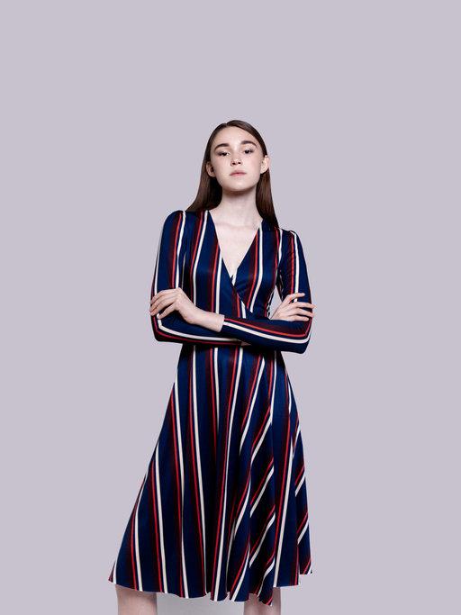 Sukienka kopertowa to ponadczasowy fason dla każdej kobiety