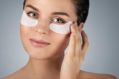 Płatki pod oczy pomogą Ci zniwelować sińce o opuchliznę.
