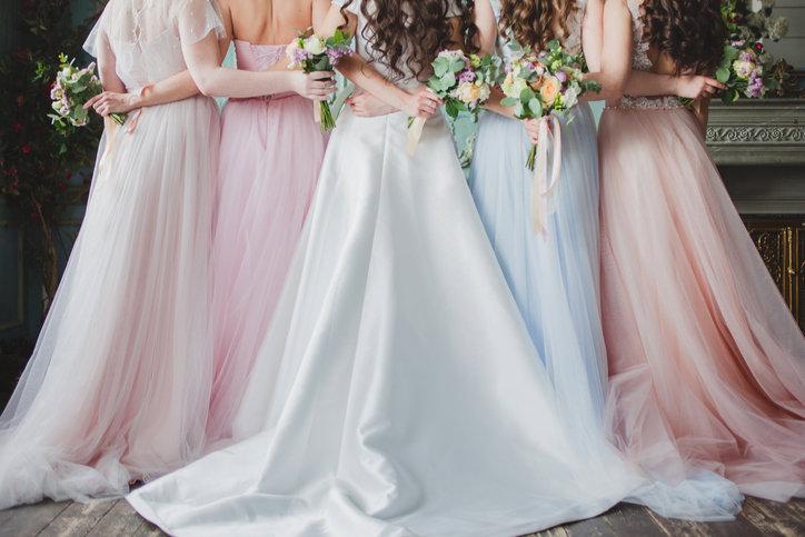 Sukienki dla druhen powinny być dopasowane do motywu przewodniego wesela.