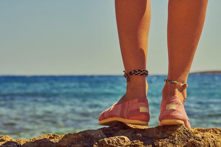 Bransoletki na nogę to wakacyjny hit, który zachwyci niejedną kobietę.
