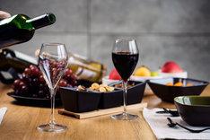 Wino można otworzyć na wiele sposobów bez korkociągu.